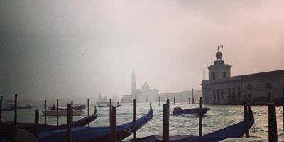Venezia, gondole e nebbia