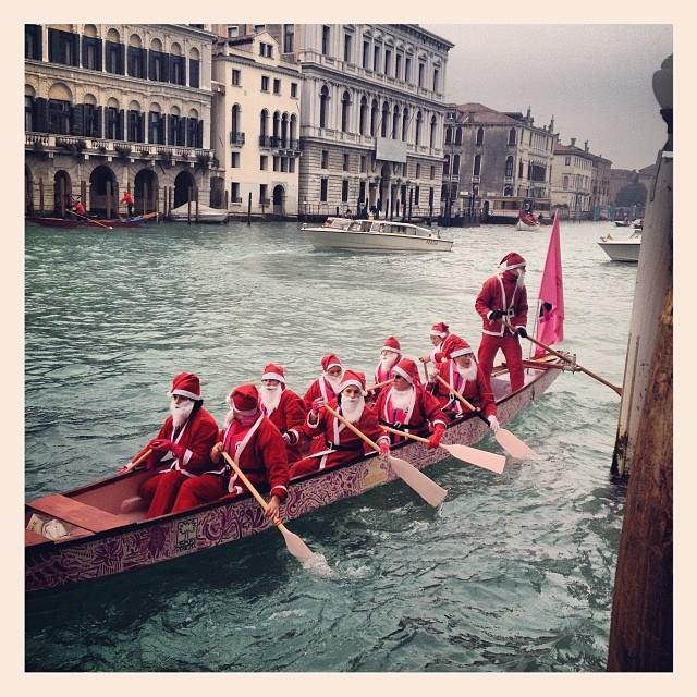 Regata alla valesana dei Babbo Natale
