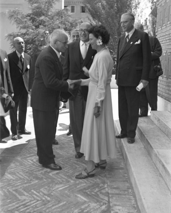 Peggy Guggeheim accoglie il presidente Einaudi